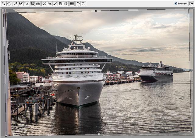 Camera Raw автоматически рисует рамку обрезки вокруг изображения.