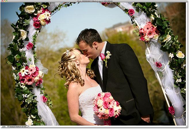 Фото молодоженов.  Изображение лицензировано от iStockphoto фотошопом Essentials.com.