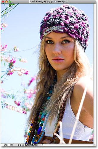 Красочное фото белокурой женщины нося связанную крышку.  Изображение лицензировано от iStockphoto от Photoshop Essentials.com
