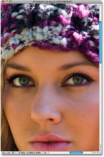 Увеличьте глаза женщины в фотошопе.  Изображение © 2009 Photoshop Essentials.com