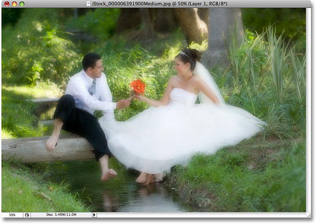 Фотография после снижения непрозрачности размытого слоя.  Image © 2008 Photoshop Essentials.com.