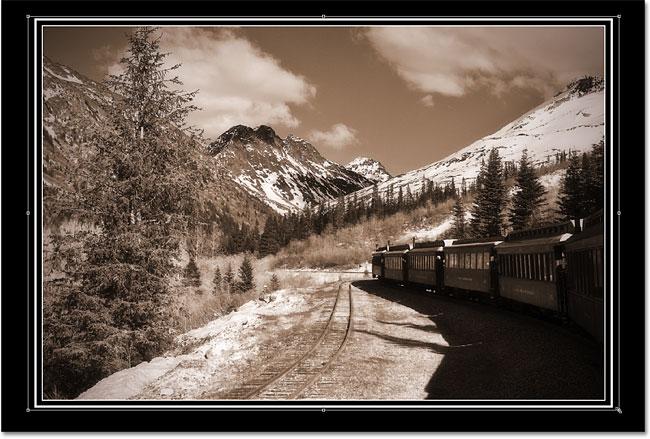 Изменение размера изображения внутри области фотографии с помощью Free Transform.