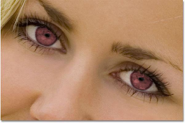 Глаза теперь выглядят красными после изменения их цвета в Photoshop.  Изображение © 2010 Photoshop Essentials.com