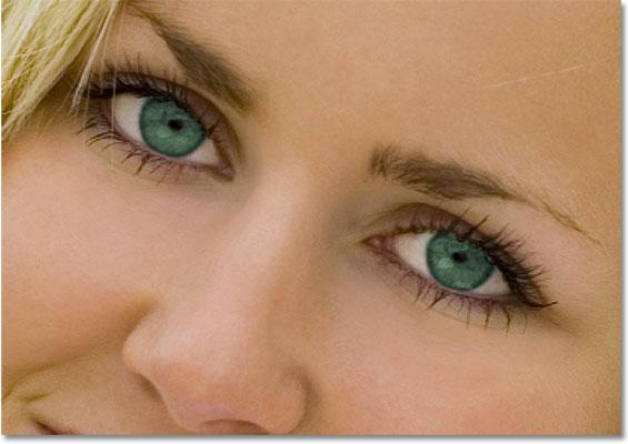 Глаза теперь выглядят зелеными после изменения их цвета в Photoshop.  Изображение © 2010 Photoshop Essentials.com