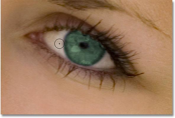 Рисуем вокруг глаз черным, чтобы скрыть корректирующий слой Hue / Saturation.  Изображение © 2010 Photoshop Essentials.com