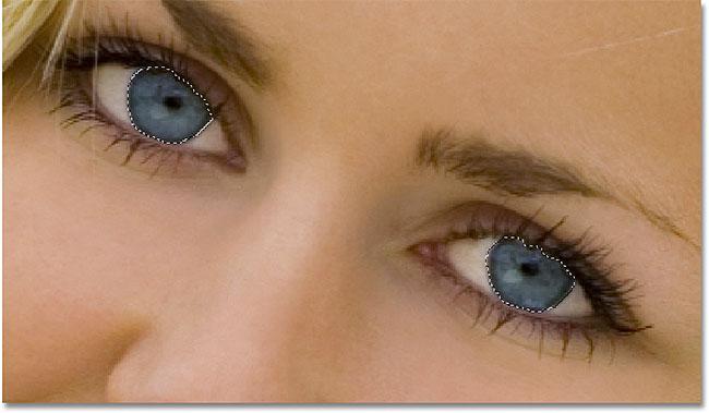 Рисование выделений вокруг глаз с помощью инструмента Лассо в Photoshop.  Изображение © 2010 Photoshop Essentials.com
