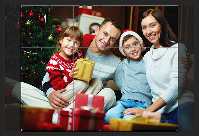 Photoshop добавляет рамку обрезки и изменяет ее в соответствии с новым соотношением сторон.  Изображение © 2013 Photoshop Essentials.com