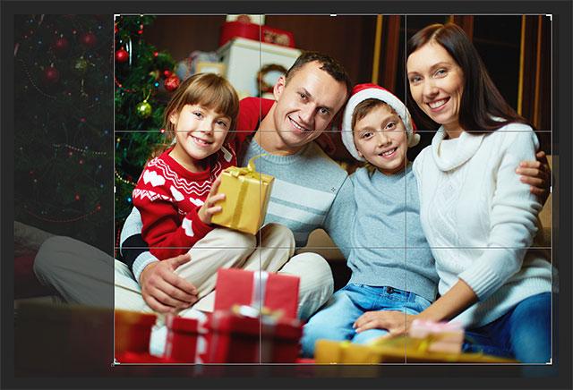 Изменение размера рамки обрезки и изменение положения изображения внутри него.  Изображение © 2013 Photoshop Essentials.com