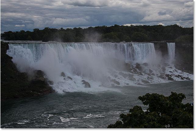 Фотография Ниагарского водопада, страдающего от недодержки.  Image © 2017 Стив Паттерсон, Photoshop Essentials.com