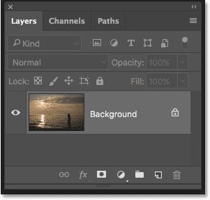 Панель «Слои» в Photoshop, показывающая фотографию заката на фоновом слое