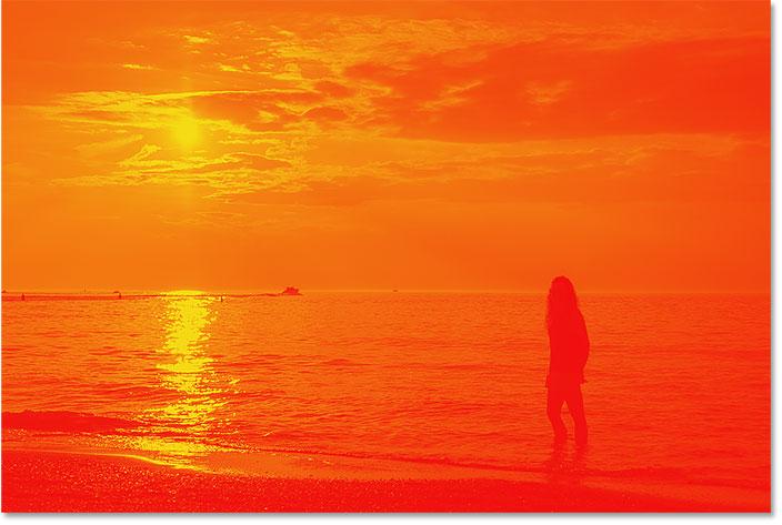 Изображение сопоставлено с красным, оранжевым и желтым градиентом.