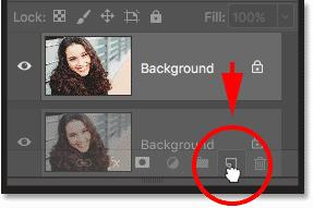 Перетаскивание фонового слоя на значок «Новый слой» на панели «Слои» в Photoshop