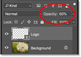 Уменьшение непрозрачности логотипа до 60 процентов на панели «Слои» в Photoshop