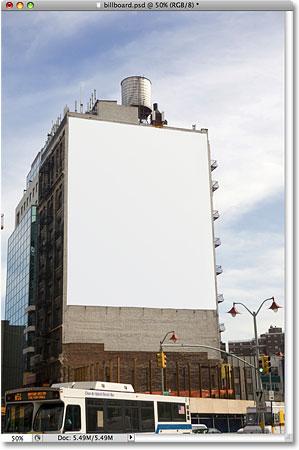 Пустой рекламный щит на здании.  Изображение лицензировано от iStockphoto от Photoshop Essentials.com