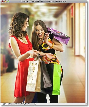 Фотография двух женщин, делающих покупки.  Изображение лицензировано от iStockphoto от Photoshop Essentials.com