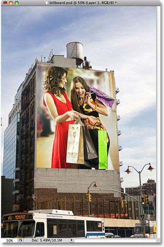 На рекламном щите появилась фотография двух женщин, делающих покупки.
