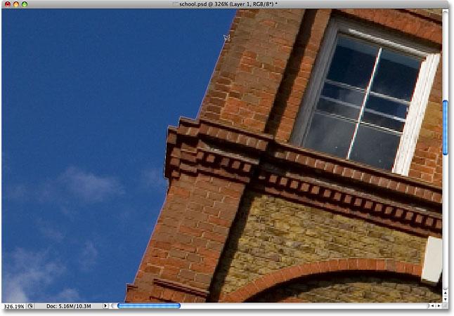 Рисование выделения по краю здания с помощью Polygonal Lasso Tool.