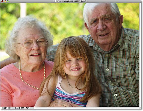 Фотография бабушки и дедушки с внучкой.  Изображение лицензировано от iStockphoto от Photoshop Essentials.com