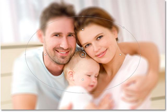 Центр изображения теперь немного не в фокусе.  Изображение © 2012 Photoshop Essentials.com