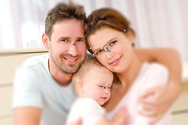Переключение между контактами Iris Blur.  Изображение © 2012 Photoshop Essentials.com