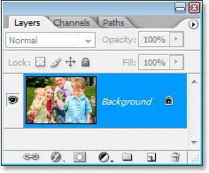 Палитра «Слои» в Photoshop показывает исходное изображение на фоновом слое.