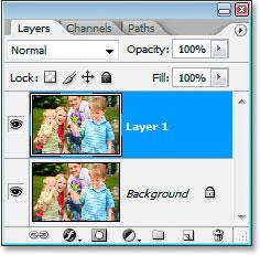 В палитре слоев Photoshop теперь отображается фоновый слой и копия фонового слоя над ним.