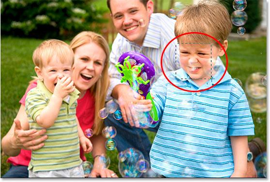 С помощью инструмента «Прямоугольная область» перетащите квадратное выделение вокруг лица мальчика.