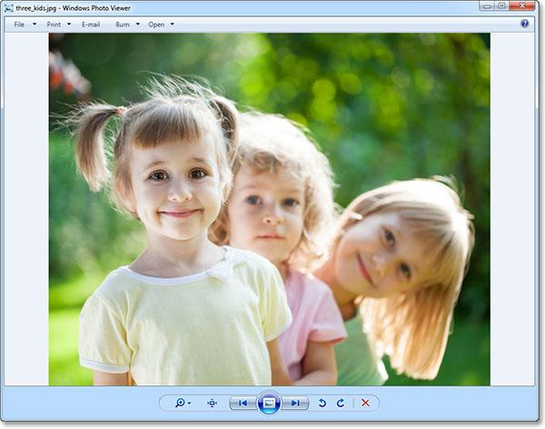 Фотография была открыта в Windows Photo Viewer.  Изображение © 2013 Photoshop Essentials.com