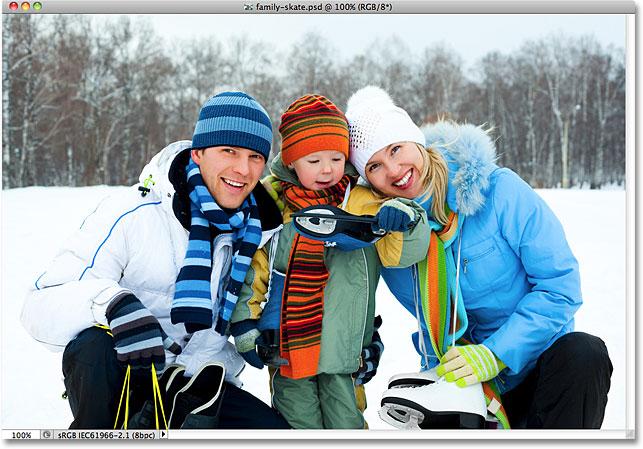 Семья с коньками улыбается.  Изображение лицензировано от Shutterstock фотошопом Essentials.com.