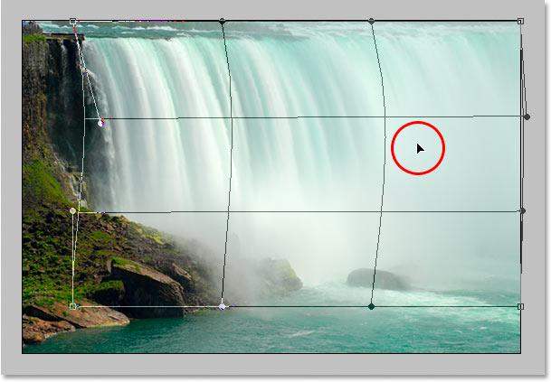 Перетаскивая правую среднюю часть сетки вправо.