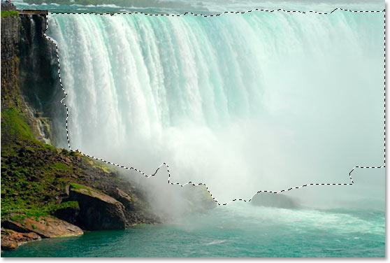 Используя инструмент Лассо, перетащите выделение вокруг водопада.