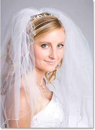 Фото молодой невесты улыбается.