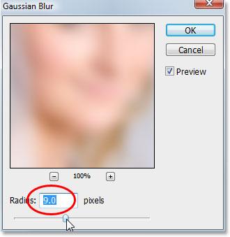 Применение фильтра Gaussian Blur к нижнему слою в Photoshop.
