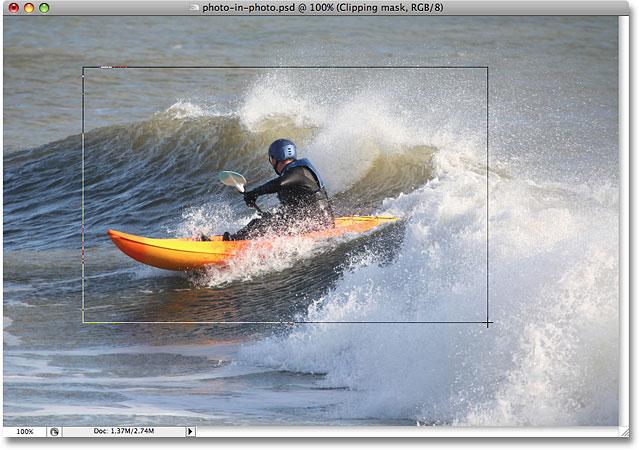 Вытаскивая форму моей маленькой фотографии.  Image © 2008 Photoshop Essentials.com.