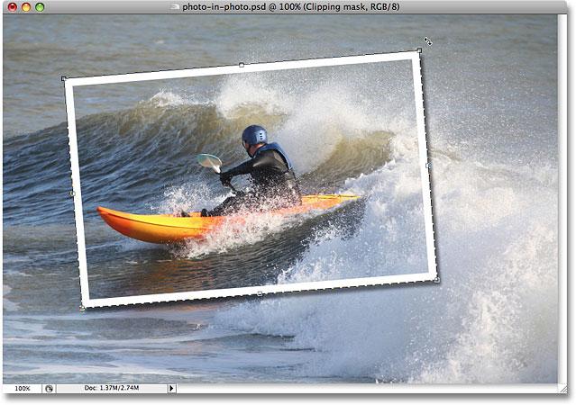 Вращайте, перемещайте и изменяйте размер фигуры по необходимости с помощью команды «Свободное преобразование» в Photoshop.  Image © 2008 Photoshop Essentials.com.