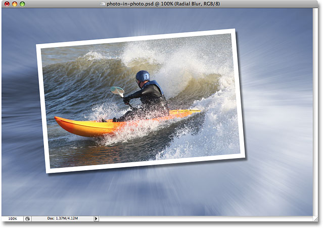 Фильтр Radial Blur применяется к изображению в Photoshop.  Image © 2008 Photoshop Essentials.com.