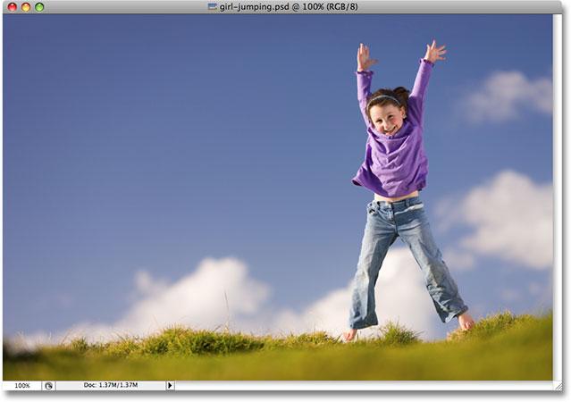 Молодая девушка прыгает на открытом воздухе.  Изображение лицензировано от iStockphoto.com Photoshop Essentials.com.